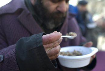 Добровольцы в новогоднюю ночь накормили несколько сотен бездомных на московских вокзалах