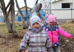 Малыши на прогулке